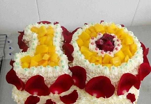 主料 戚风蛋糕两个6寸 蛋糕卷(方烤盘28*28)一个8寸 玫瑰花一枝图片