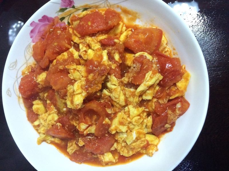 鸡蛋3-4个 蚝油 番茄酱 盐 糖 酱油 蒜蓉 西红柿炒蛋的做法步骤 小