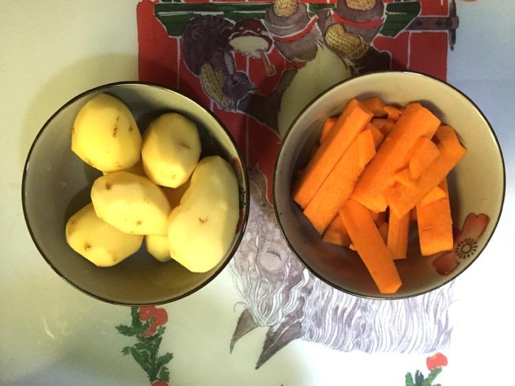 首先土豆胡萝卜净皮,此时请煮起意大利面