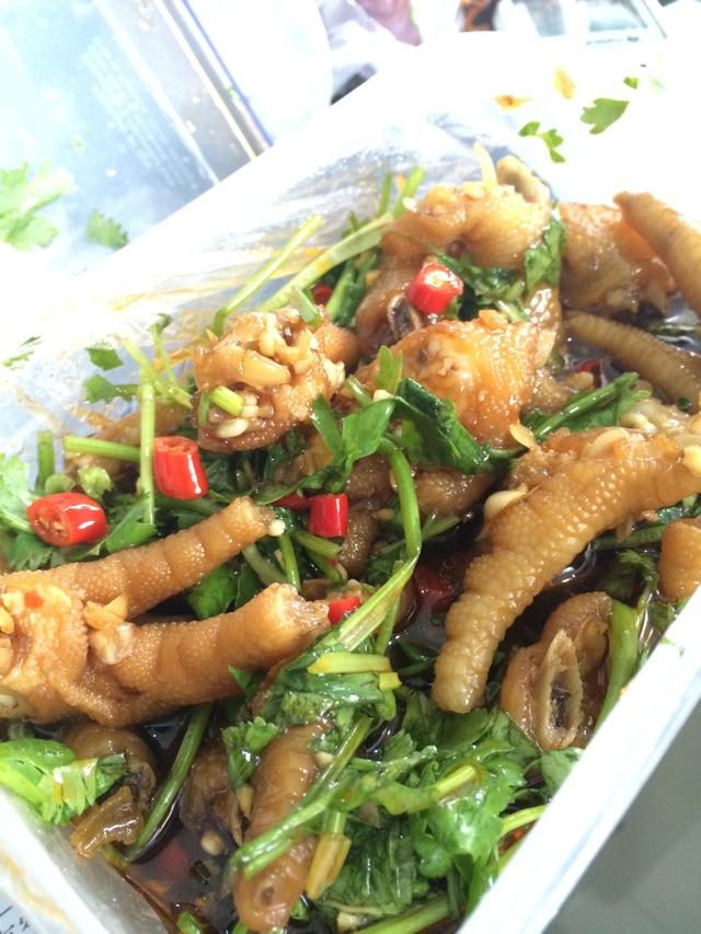 新鲜鸡爪洗净斩块,吃法芫茜洗净切好江苏咸肉的辣椒图片