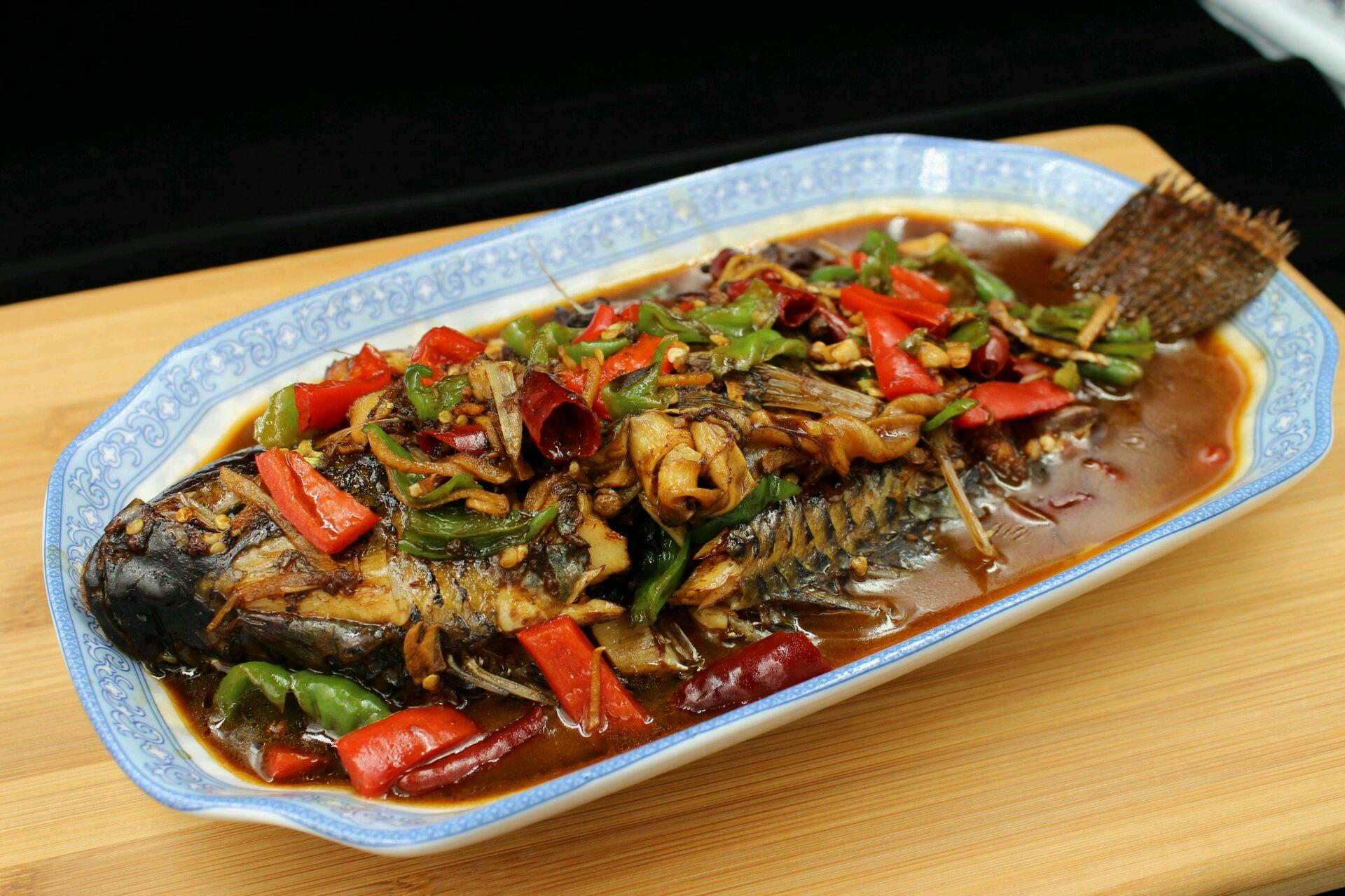 花椒八角干辣椒适量 料酒醋冰糖适量 老抽适量 红烧鱼的做法步骤