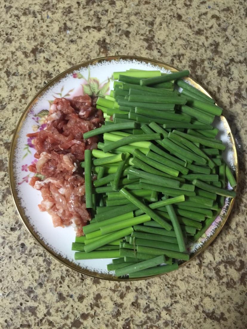 蒜苔切条,猪肉洗净切段挂面炸成树抖音图片
