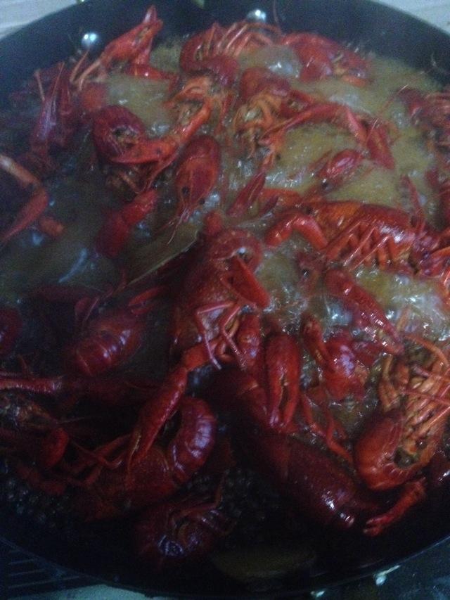 麻辣小龙虾的做法步骤 6. 第一次写不怎么会,但是味道一定很出味