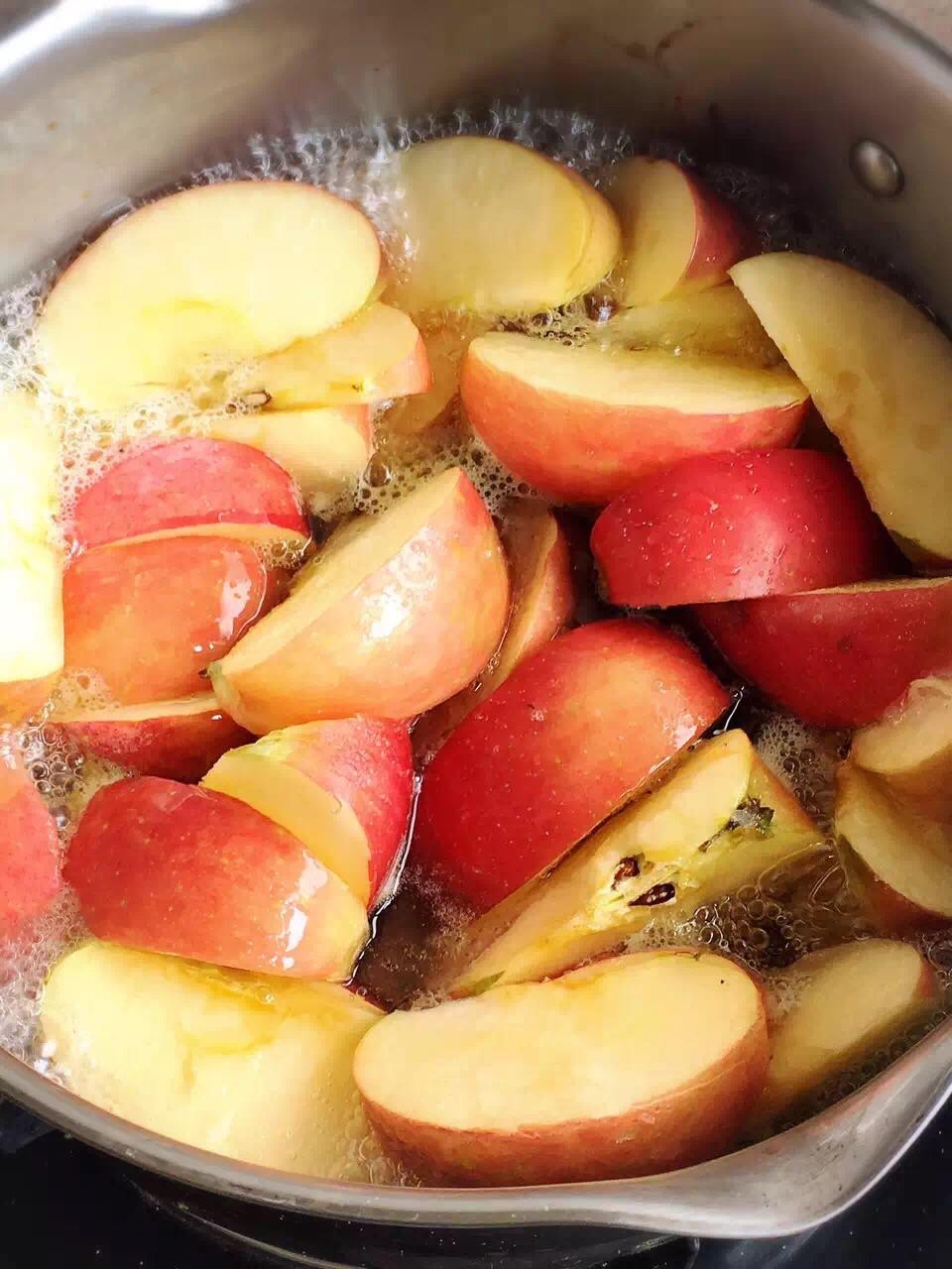 苹果1000g白糖500g水200g柠檬汁少许,大火烧开后转小火煮30分钟左右