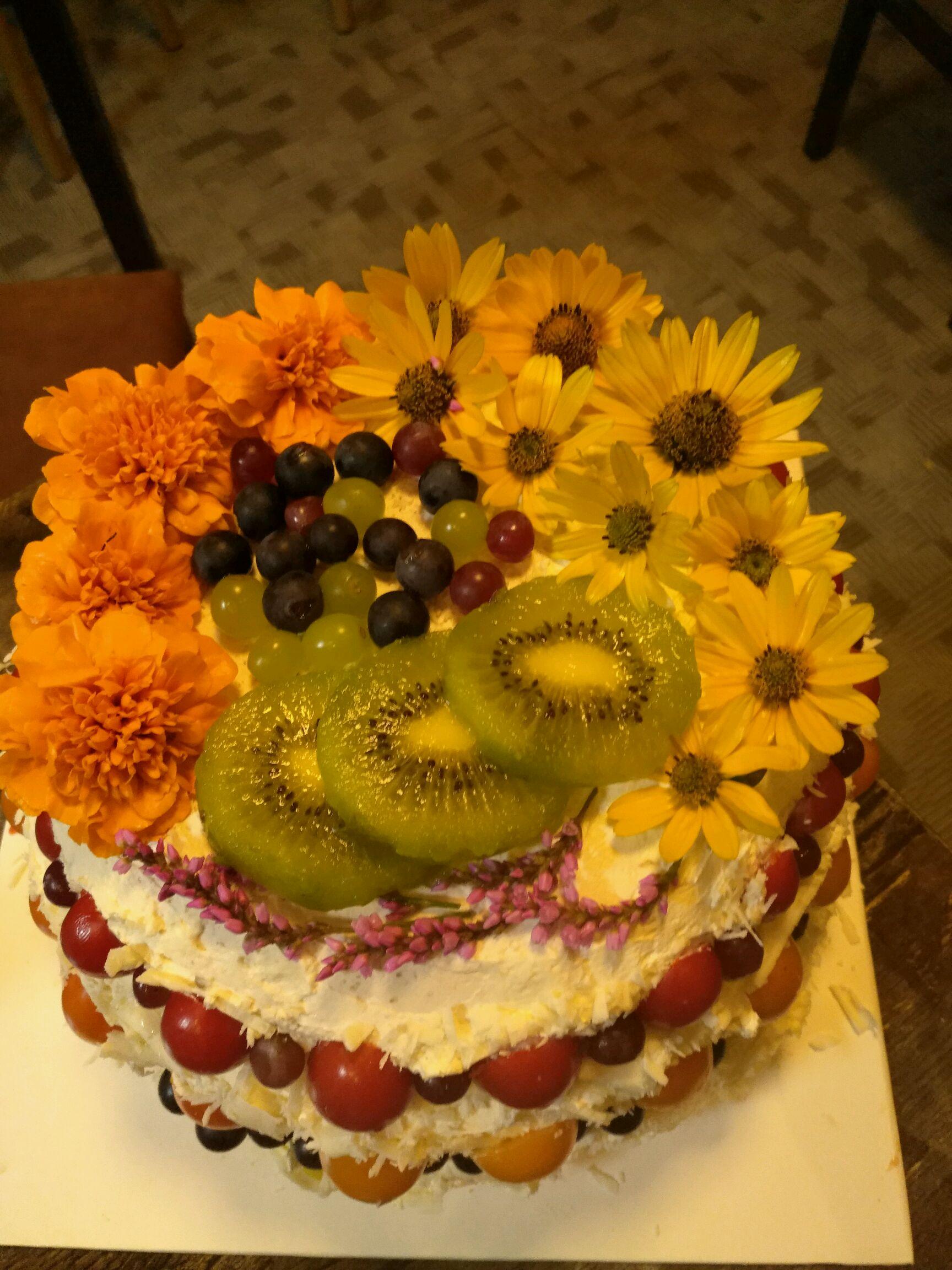1. 因为整个过程都是我一个人在做,就没有空余的手来记录过程了,这款蛋糕是我自己设计的,看到那么多材料是因为一共有3层蛋糕,每一层味道都不一样,每一层的中间都有夹心共六层,因为忘记放塔塔粉了,体积不是很大,抹在里面的奶油是栗子味的,外面的是芒果味的,做这个蛋糕的时候我只有一把长的抹刀,边不整齐,于是我就用白巧克力屑装饰,整个色调就是米黄色,因为是做给一个男生,我不会裱花,就用鲜花装饰,金色的雏菊代表纯真,也是因为我也很喜欢雏菊啊