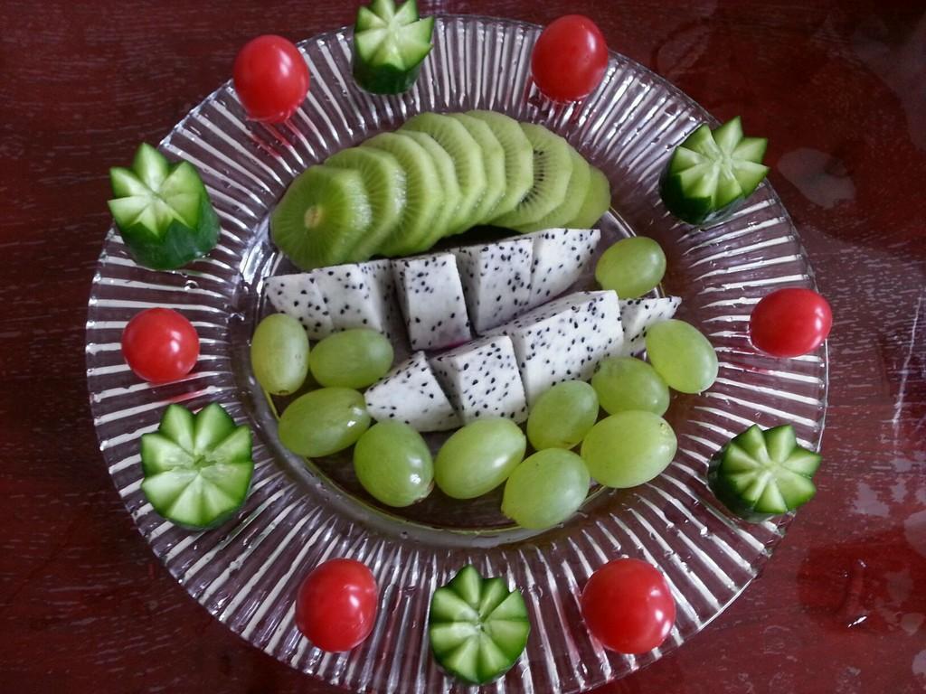 火龙果半个 小黄瓜一根 小番茄几颗 绿提几颗 水果拼盘的做法步骤