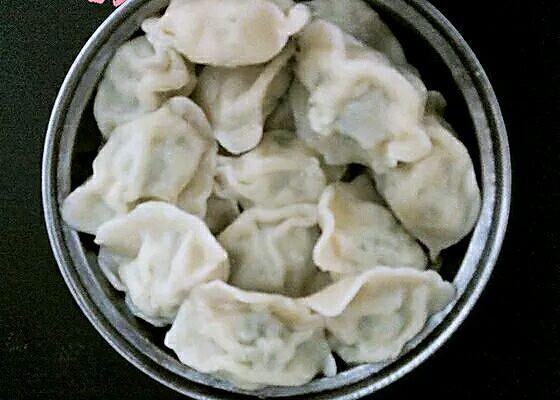 主料 芹菜饺子500克 水适量 煮饺子(芹菜馅)的做法步骤 1.