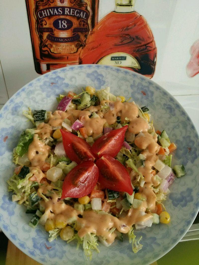 玉米粒适量 小西红柿适量 苦苣适量 圆葱适量 蔬菜沙拉的做法步骤 小