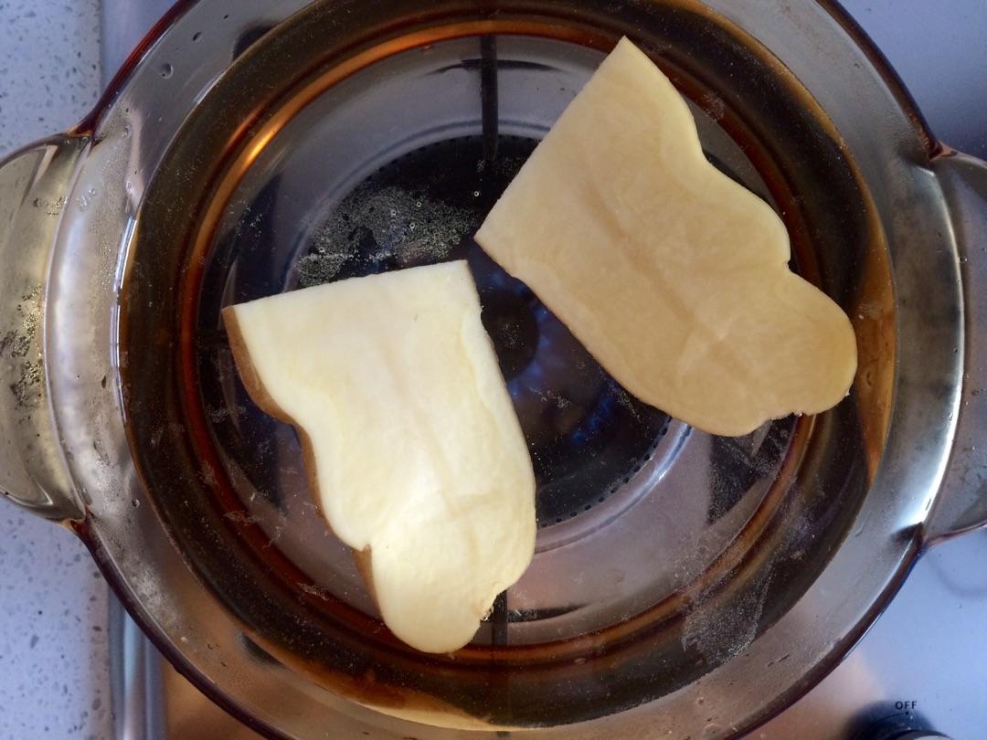 1、此道料理里不要加大米,不然會夾生,不要問我為什么會知道_ 2、金槍魚我用的是泉水浸的,本身是咸的,所以土豆泥里加鹽要酌量。 3、壽司醋有的話可以直接用,調的話用釀造醋,調制醋用的是醋精。 4、三角飯團有模具的話直接用模具,tb有售,我就只能自己動手豐衣足食了。 5、海苔如果用波力的直接用就可以了,如果是韓國的那種就一片剪兩半,前后面各貼一半多余的在底部粘一起就好了。