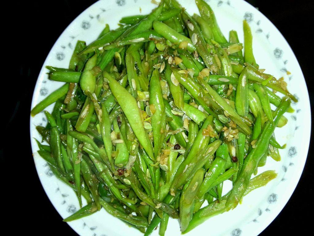 主料 四季豆 大蒜 生姜 酱油 醋 葱 盐 辅料   糖 切四季豆的做法步骤