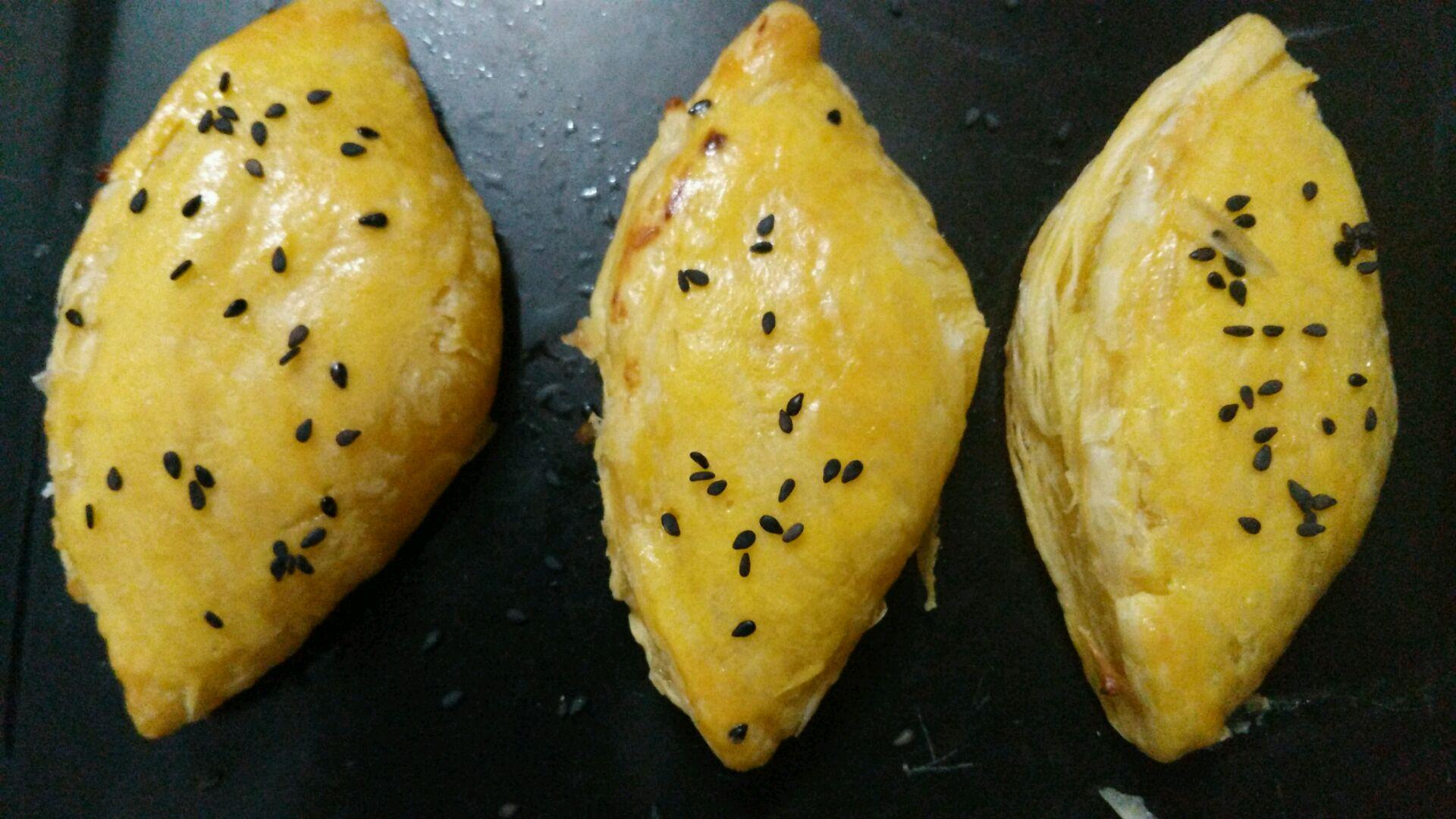 榴莲肉1块 蛋黄液(刷表面用)1个 黑芝麻适量 榴莲酥的做法步骤 1.