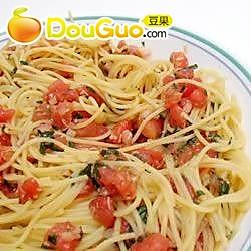 成熟番茄罗勒叶拌意大利通心粉的做法