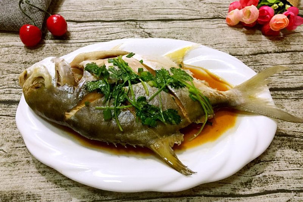 v鲳鱼金鲳鱼番茄党参玉米薏仁排骨汤图片