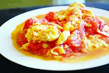 主料 2个 2个 辅料   白糖2勺 盐半勺 油2勺 西红柿炒蛋的做法步骤 1.