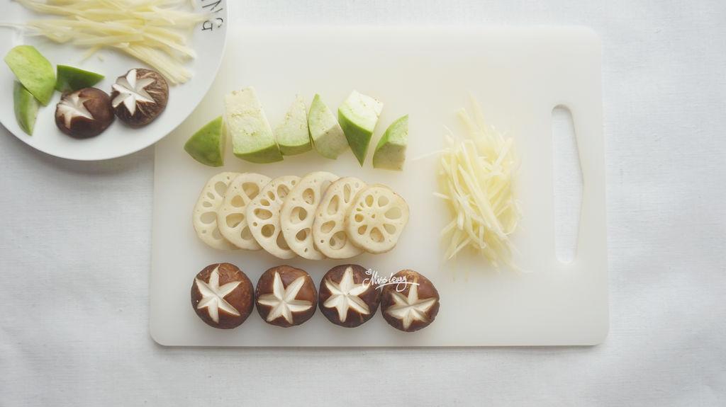 香菇切花刀,藕切片,茄子切菱形块,土豆切细丝备用.