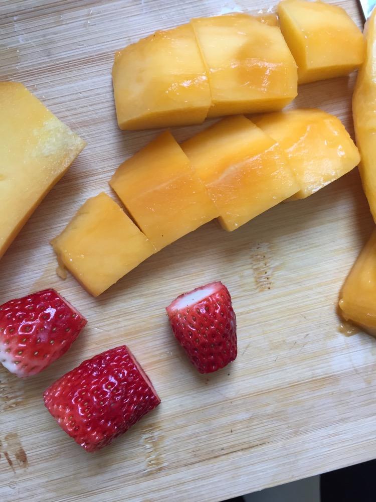 草莓芒果班戟的做法步骤