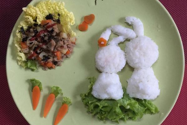 两只可爱的小兔兔      主料 适量 适量 适量 适量 少许 兔兔卡通餐