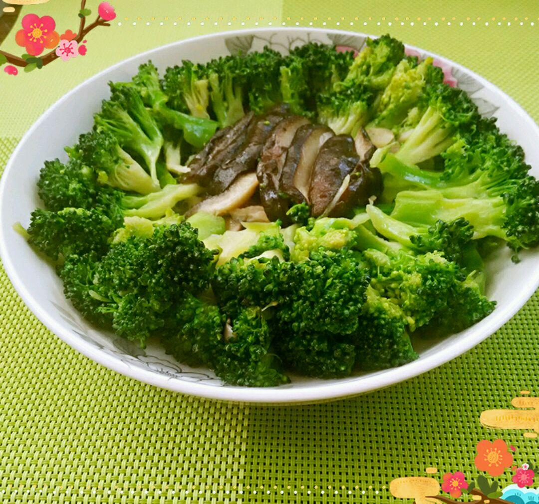 西兰花200g 香菇2个 盐适量 鸡精适量 食用油适量 蒜片适量 西兰花炒