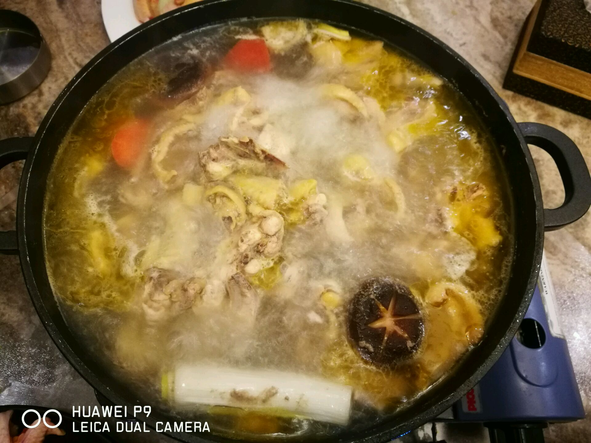 1、鸡的品质很重要,新鲜的,不要冷冻的;鸡不要太大,太肥的,建议骟鸡或公鸡,清远鸡和走地鸡最好,我买不到,所以是三黄鸡;母鸡不超过两斤半也可以;可以在菜场请鸡贩帮你斩件,长条比较容易熟。 2、清汤汤底先入材料烧沸,高汤都不要,清水和最普通的简单食材姜片马蹄红白萝卜玉米段葱段一滚即可,是为了突出后面的主食材,鸡块的本味和质地,当然高汤也行,但是感觉太过厚重了。 3、锅底如果真不想用清水,建议用碎米(泰国香米入料理机打碎)提前半小时熬毋米粥粥底,做成粥底火锅,其它配料不变,味道比清水锅底更好。 4、汤底少放盐