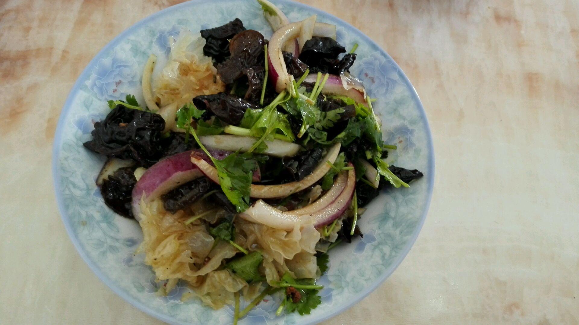 木耳适量 银耳适量 香菜适量 洋葱拌木耳,银耳(凉菜)的做法步骤