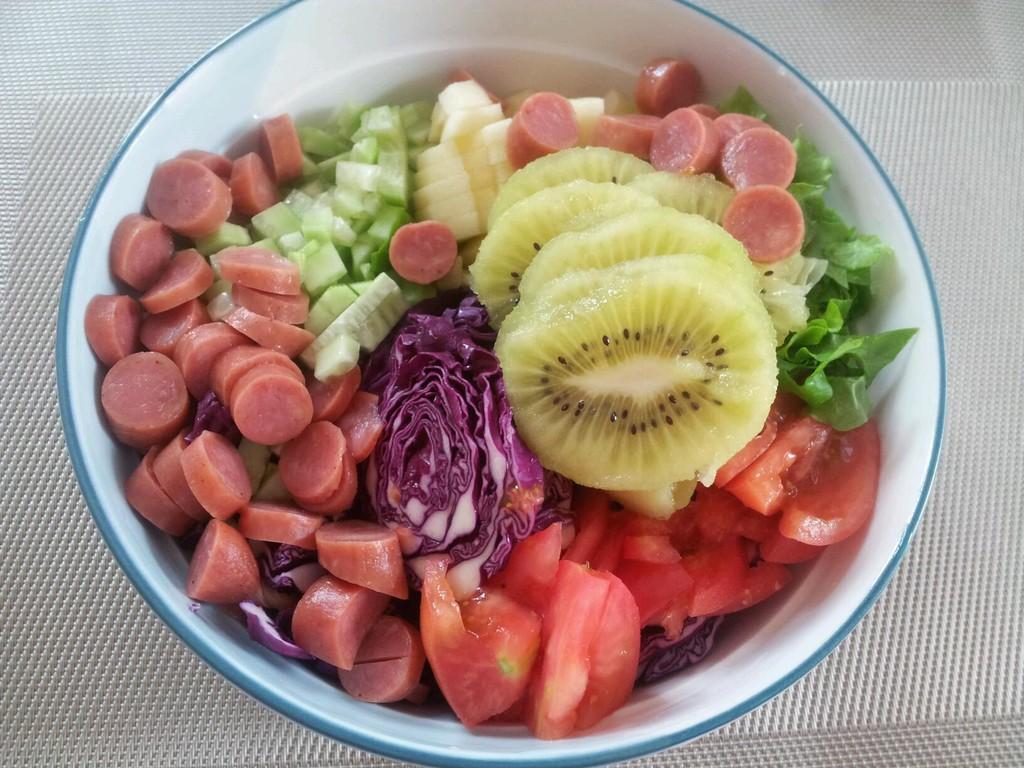 把蔬菜切丝,水果切丁,我是肉食动物,加了根枣肠