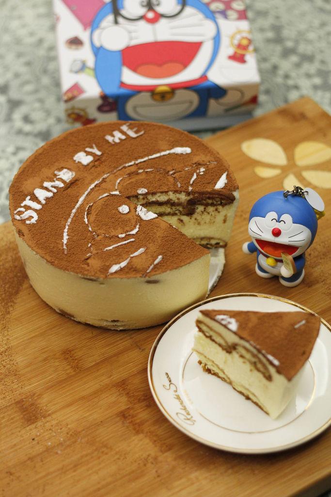 终于试做了这款经典意式甜品提拉米苏,比较适合有点烘焙基础的小伙伴~仍然是君之的方子,一次成功,唯有不足之处是觉得内部的手指饼干放少了,下次可以增加量。做这款甜品的时候正好是哆啦A梦Stand by me电影上映,80后童年时代经典的卡通形象,于是剪了一张哆啦A梦的镂空图做糖粉筛子,没经验用了一般的A4纸,所以筛出来效果一般,凑合看吧~提拉米苏制作步骤较复杂,需要耐心制作哦~