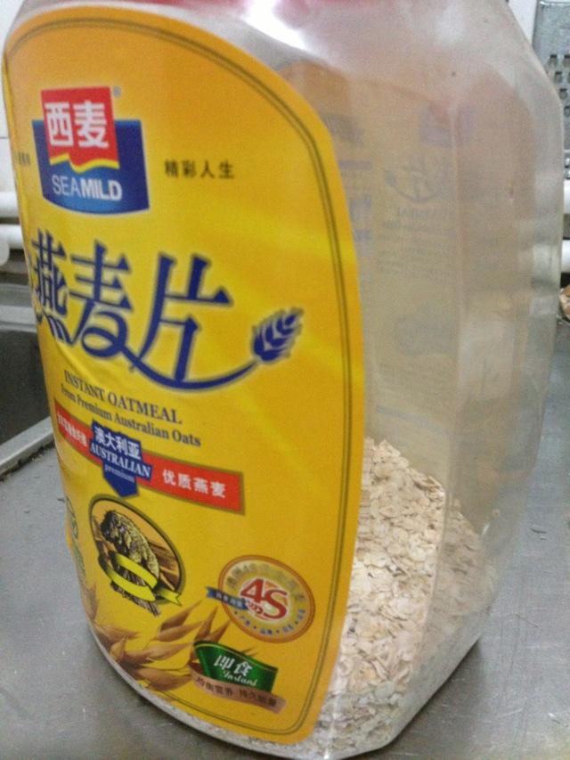 一盒纯牛奶,燕麦是冲泡即食的那种,我用的是西麦,超市有卖.