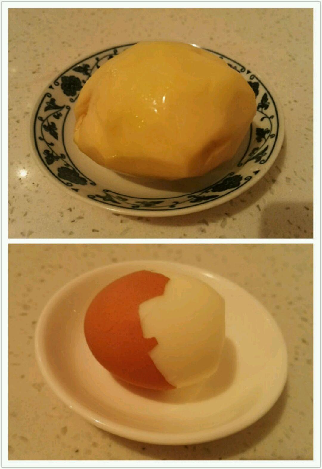 将土豆削皮,煮鸡蛋剥皮后备用