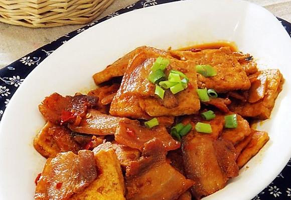 材料:   五花肉、豆腐、蒜瓣、葱花适量   做法:   五花肉烧豆腐