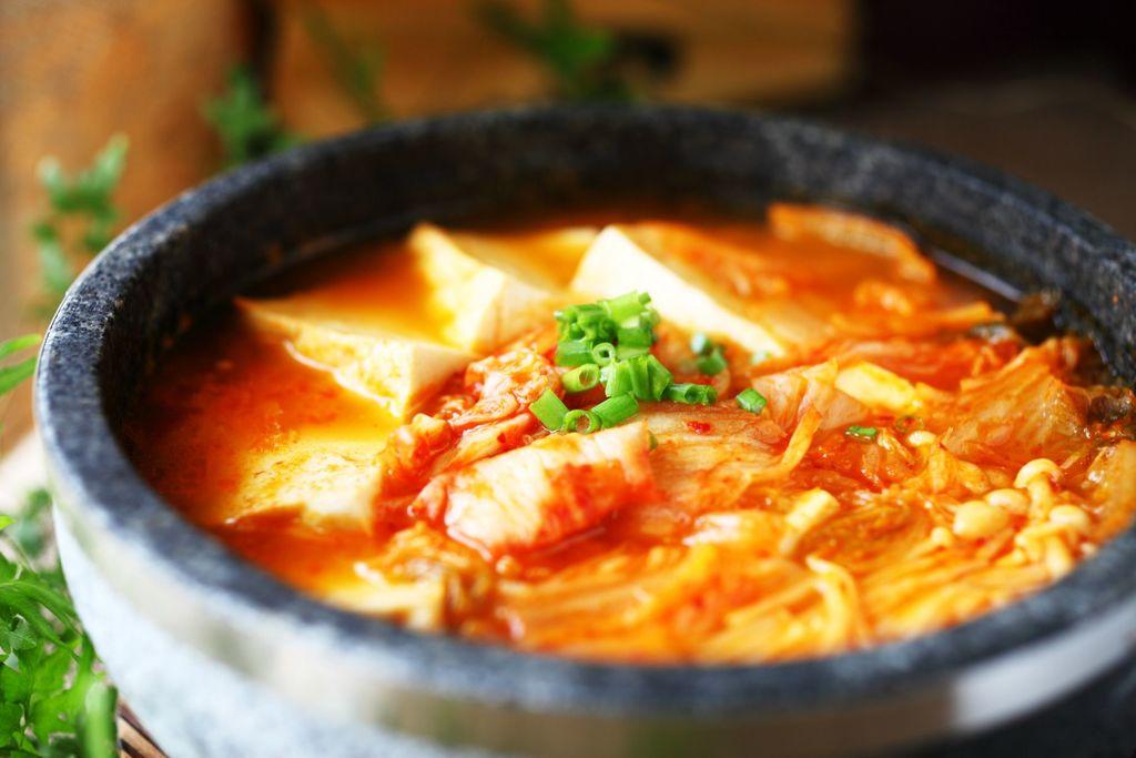 适量 适量 适量 辅料   鸡粉适量 水适量 韩式辣白菜豆腐火锅的做法