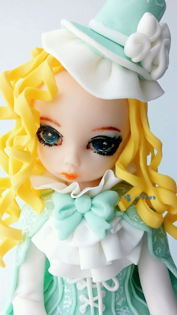 圆圆的眼睛,嘟嘟的嘴巴,粉粉的脸蛋,萌萌的表情……可爱的宫廷小美女