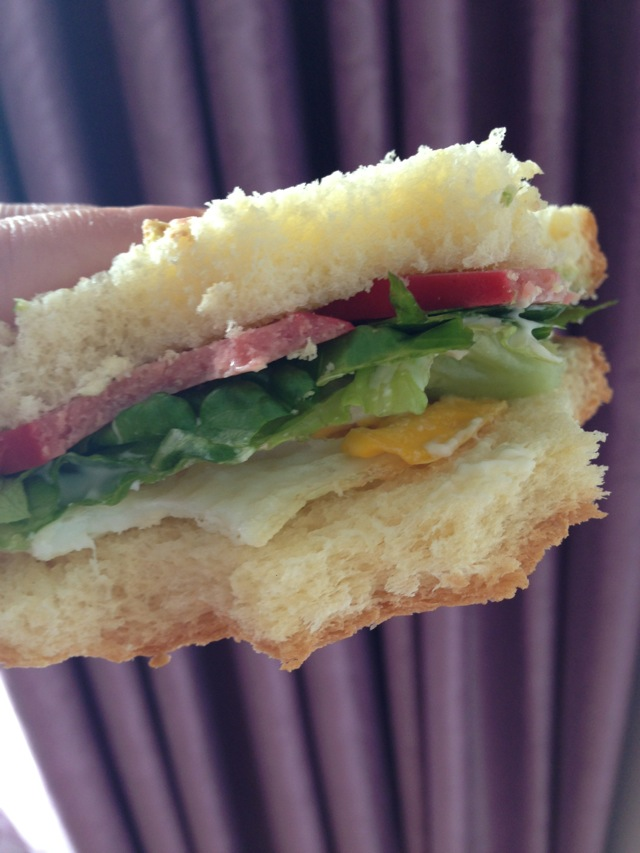 主料 1个 2片 2片 1片 辅料   沙拉酱适量 三明治的做法步骤 1.