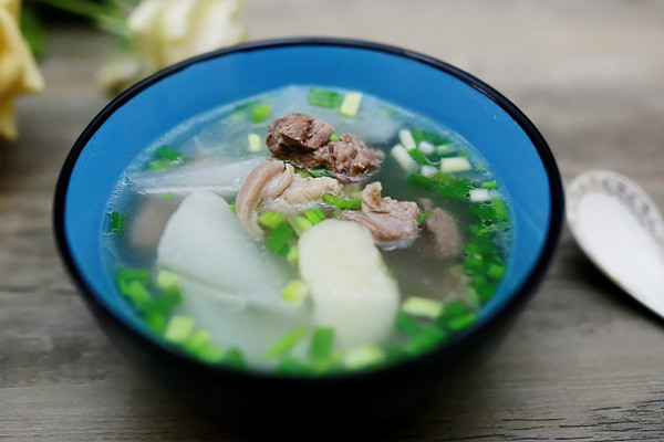 大雪润燥滋补:萝卜马蹄羊肉汤