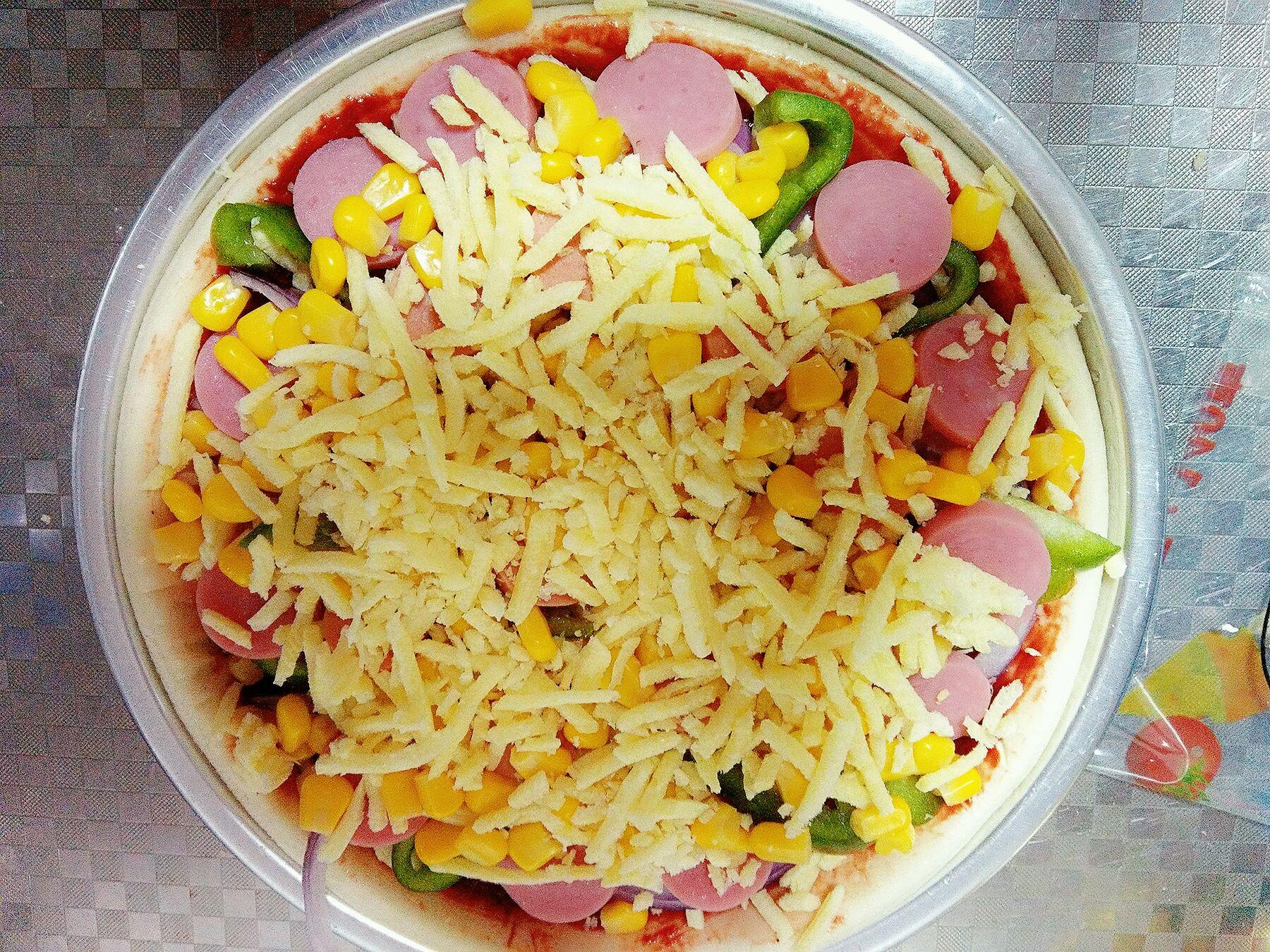 披萨的做法步骤 5. 刷番茄酱厚厚一层