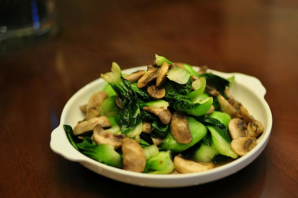 蘑菇青菜的做法步骤 1. 材料洗净,青菜切段,蘑菇切成适当小块