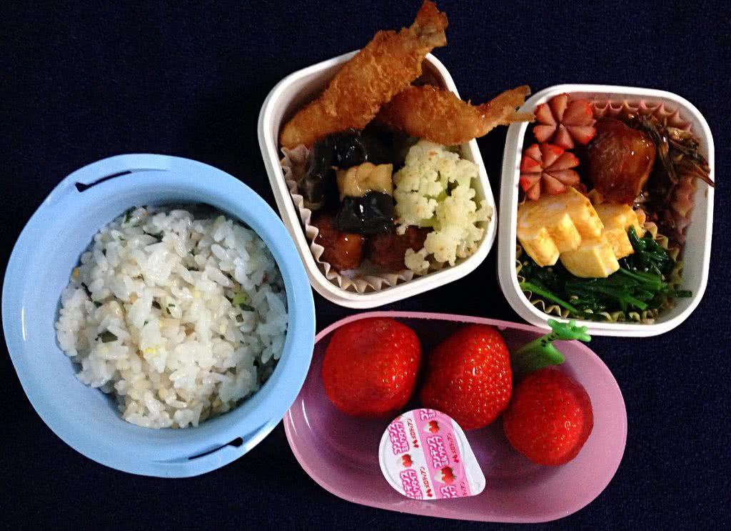 寒假结束。新年小朋友第一天正式上课。 刚在日本体验了正宗的全套年菜,今天就准备山寨一把,给小朋友做一个迷你版的年菜便当。 十谷杂粮饭,煮好后加少许青菜末和裙带菜末还有白芝麻盐一起拌了一下,做成了杂粮菜饭。 配菜基本按照日本传统的年菜套路,本来还准备了煮黑豆和糖水煮栗子,实在装不下了,留着明天带吧。 水果特意选了红红的有机草莓,又多一点年味儿,也祝大家新年红红火火,幸福如意啦~!