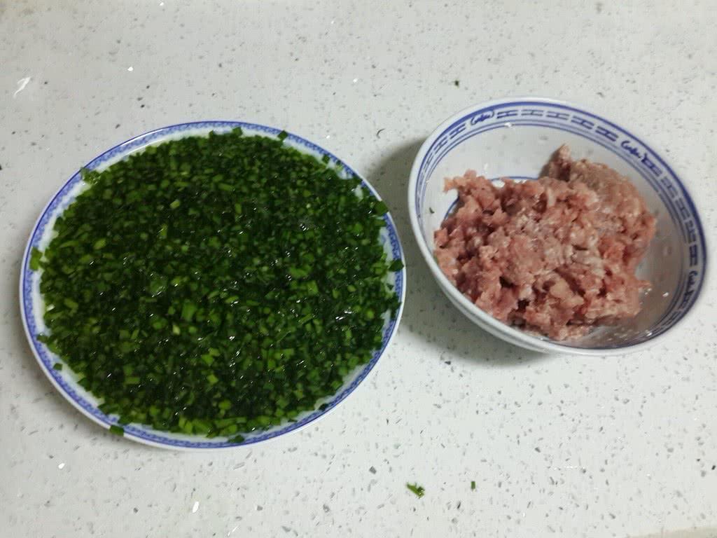 超级简单包饺子的做法步骤 洗好韭菜后,把头和尾部的韭菜直接切除不