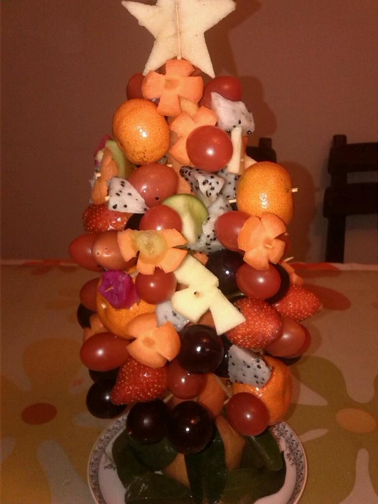 胡萝卜用牙签固定在苹果上
