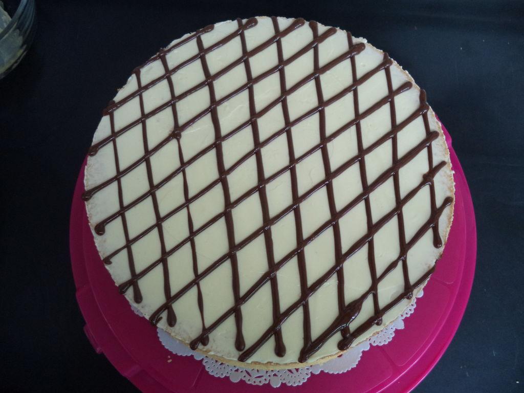 然后用巧克力在蛋糕表面挤上网形花纹.