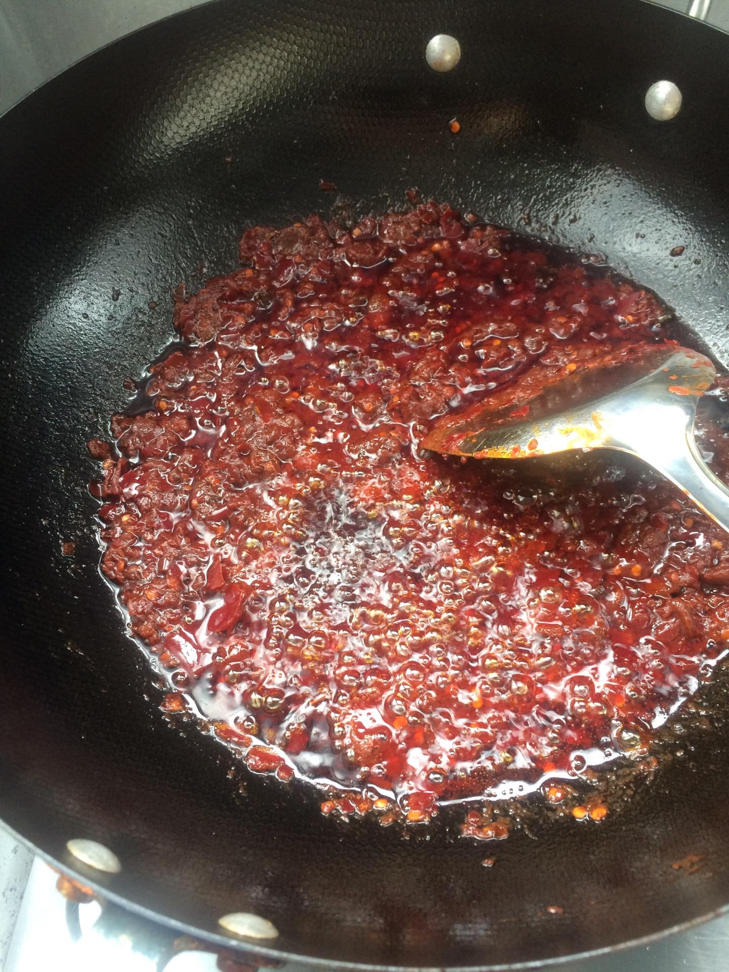 豆角炸好捞出来,锅里留油,放入豆瓣酱,小火炒香面条香料西红柿青椒怎么做豆腐卤图片