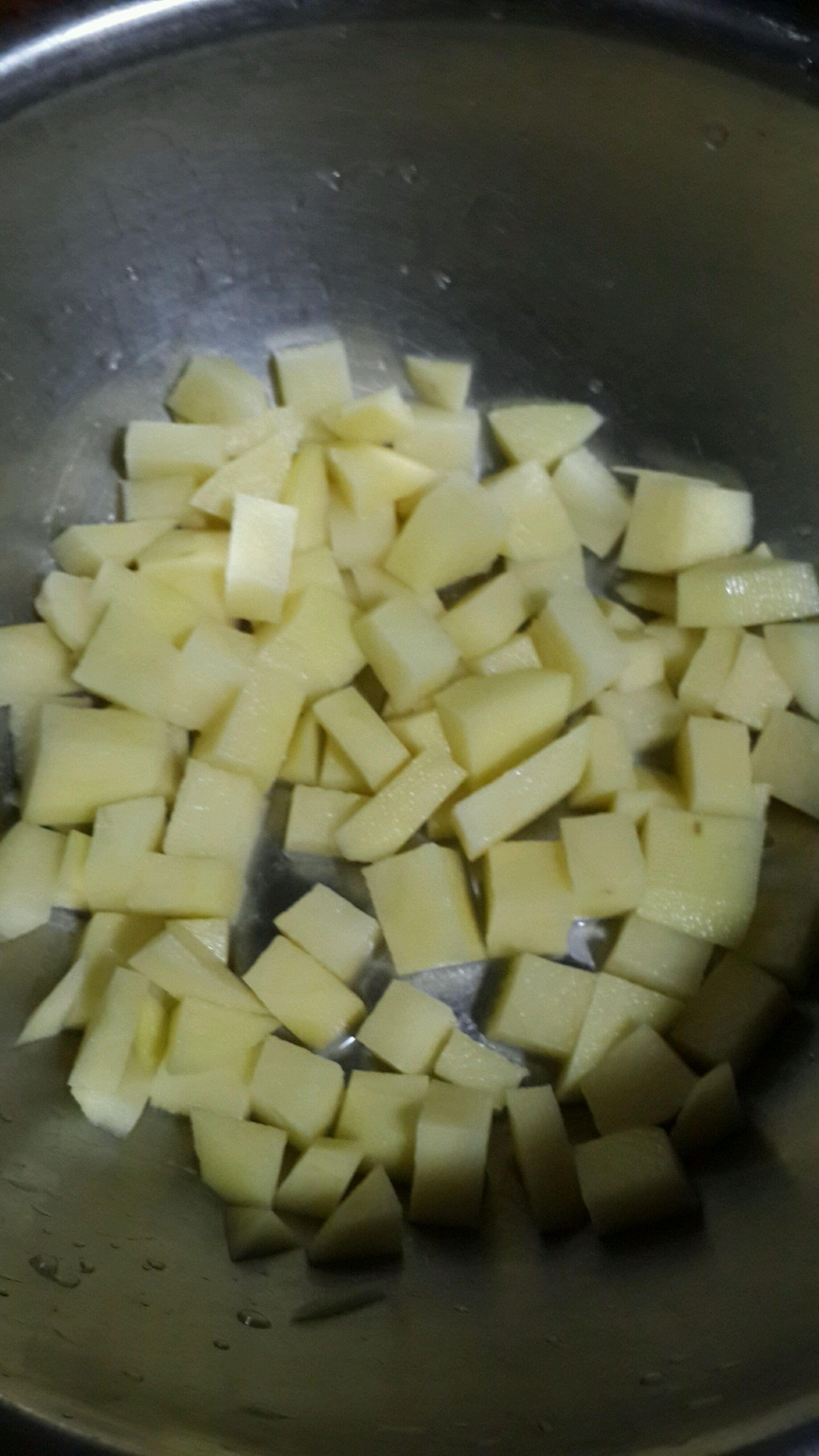土豆切块.下锅煮熟