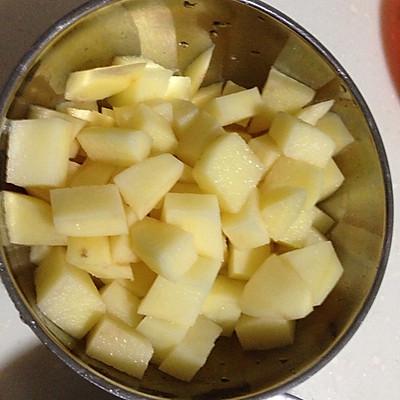 土豆削皮,切成与牛肉差不多大的小块