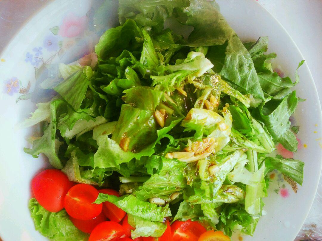 减脂蔬菜沙拉的做法步骤 3. 切菜! 4. 拍蒜! 6. 蔬菜装盘! 8.