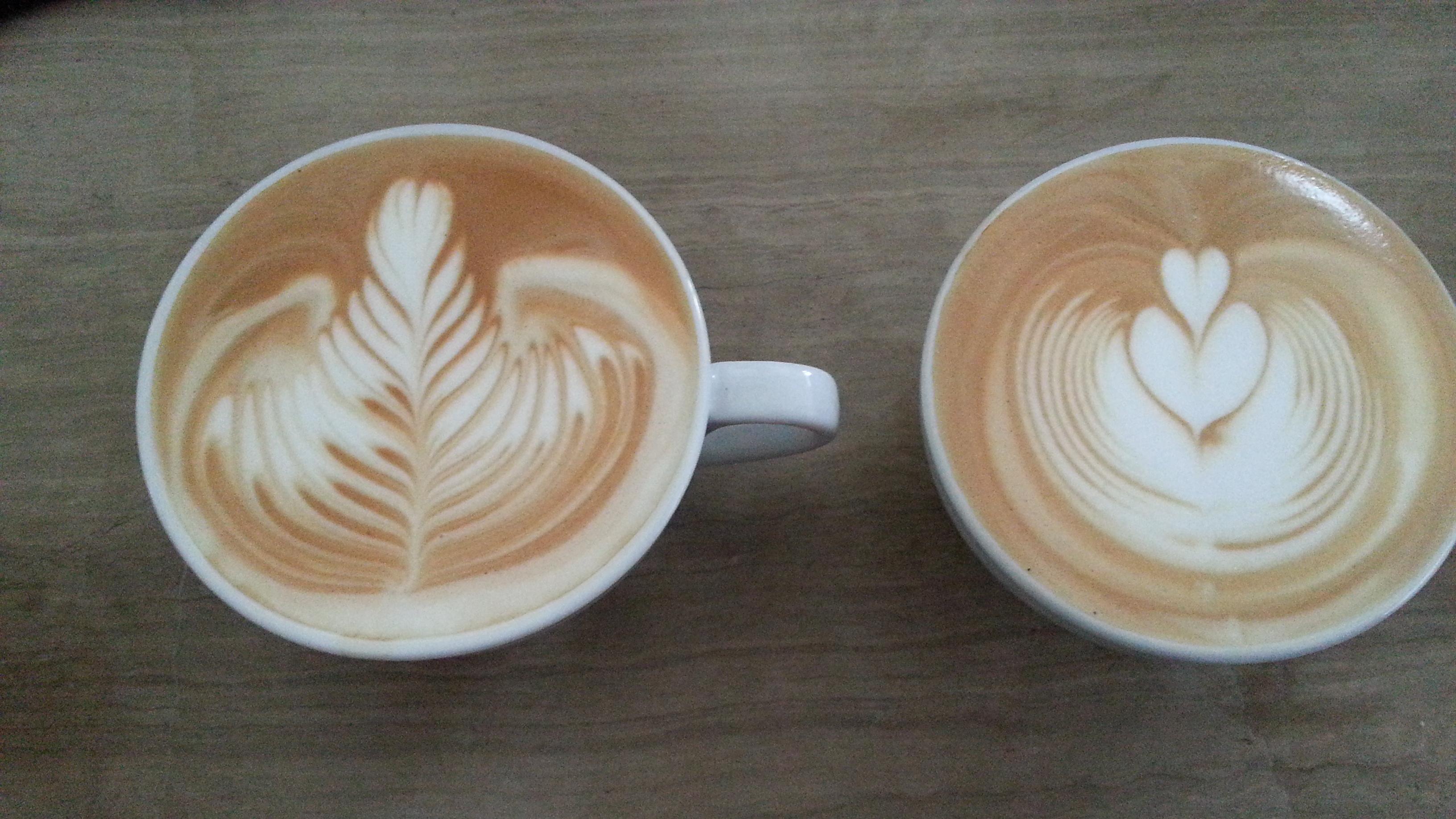 在把奶泡按专门的手法倒入卡布基诺杯内,就会形成漂亮的拉花咖啡