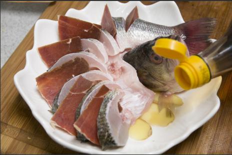 火腿蒸鲈鱼的做法图解4
