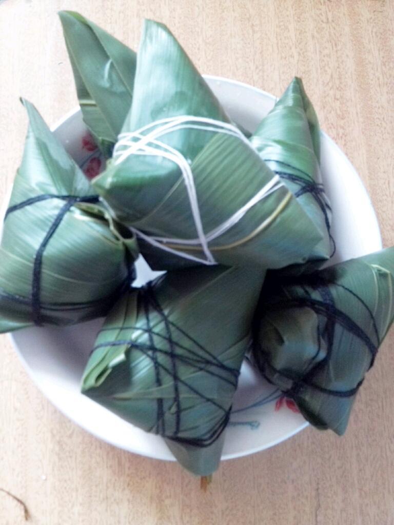 主料 竹叶 竹叶粽子的做法步骤 1. 选长江米二斤冷水泡十个小时.