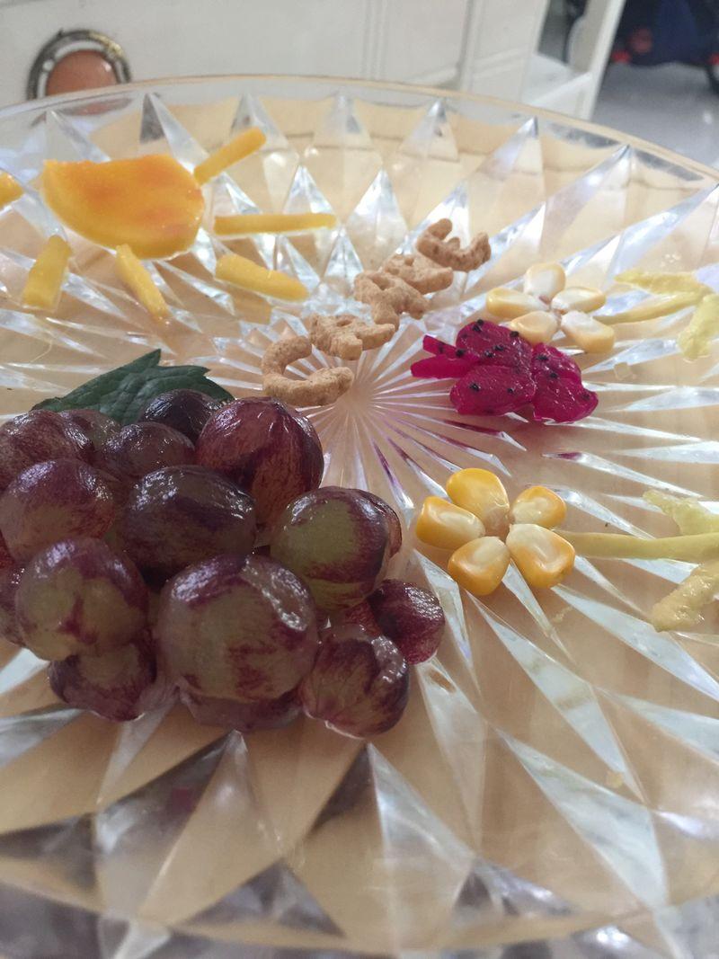 扫一扫 边看边做更方便 主料 红心火龙果 水果拼盘之葡萄的做法步骤图片
