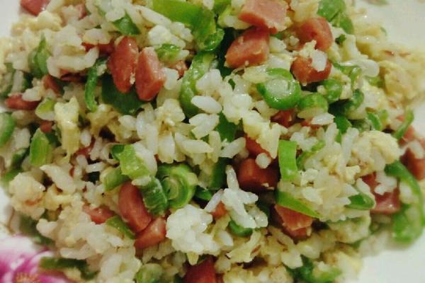 鸡蛋1个 青椒1个 豆角2根 火腿肠1根 葱花适量 炒米饭的做法步骤 小贴