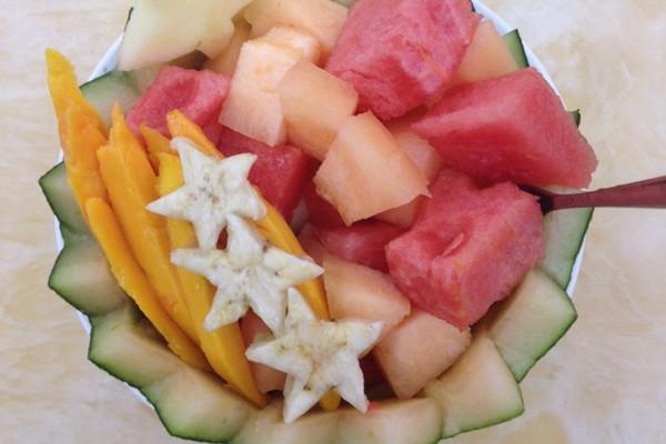 芒果1个 香蕉半根 苹果半个 西瓜适量 哈密瓜适量 水果拼盘的做法步骤