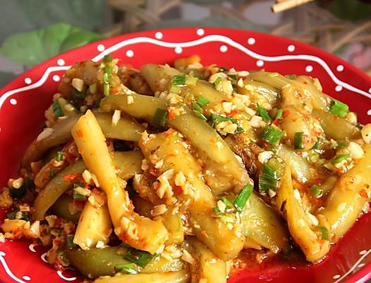 鱼香的菜是川菜里最常见的一种做法,因为用了常用来做鱼的豆瓣酱和泡椒来作为调料,所以叫做鱼香,这鱼香的最大特点就是有了豆瓣酱和泡椒的独特风味,做出的菜非常鲜美可口。 传统的鱼香茄子做法是将茄子经过油炸再进行下一步的制作,并且炒至的过程中要加糖,为了减少能量的摄入,我做的这个鱼香茄子没有经过油炸,也不加糖,一样非常好吃,并且一点不腻。下面来看看具体做法吧.